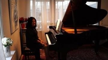 Marly Azevedo Andersson framför egna och klassiska pianostycken